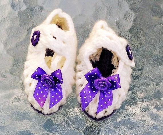 Chaussons bébés blancs noeuds satin mauve fait-main neufs
