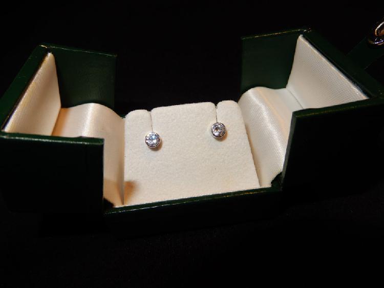Tres belles boucles d'oreilles or blanc 18 carats neuves