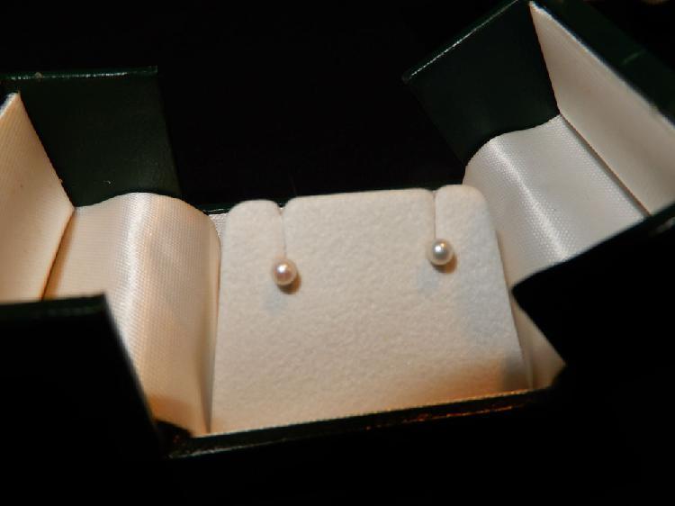 Tres belles boucles d'oreilles or jaune 18 carat +perles neu