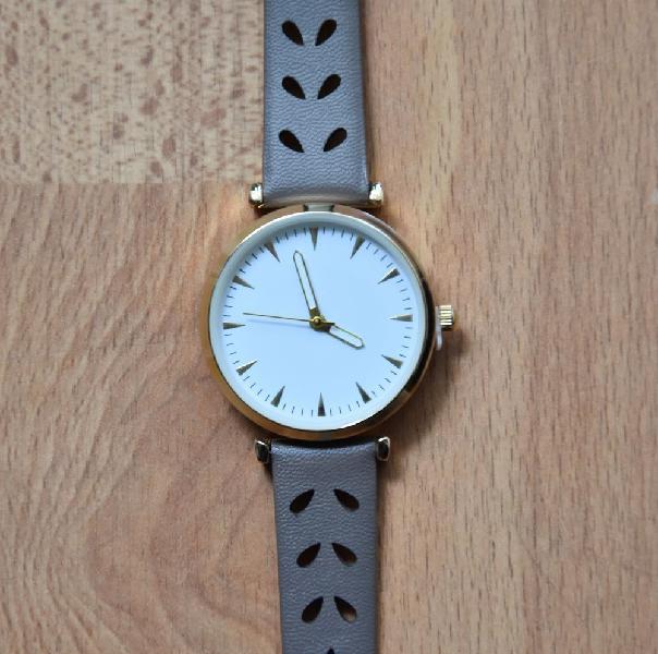 Neuve. montre avec élégant bracelet. neuve dans emballage.