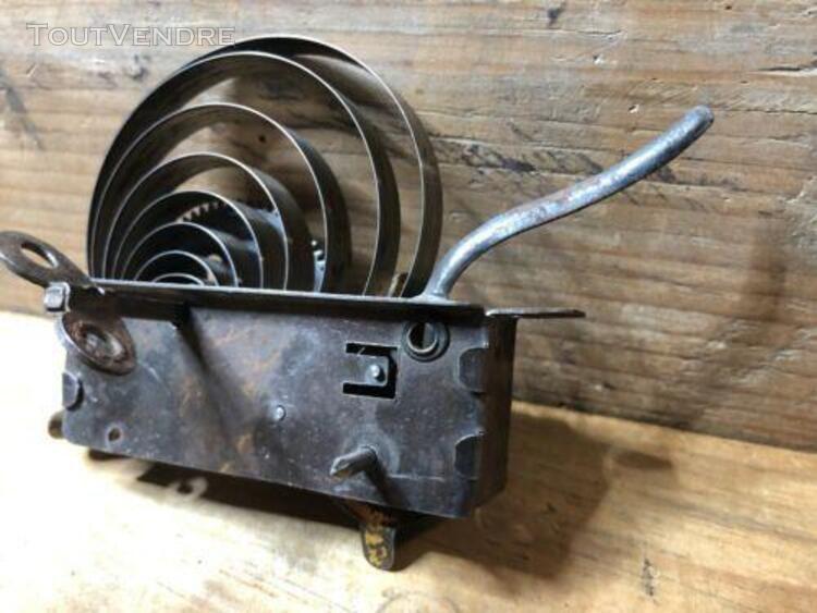 Jouets jeux anciens en tôle moteur mécanique a clef