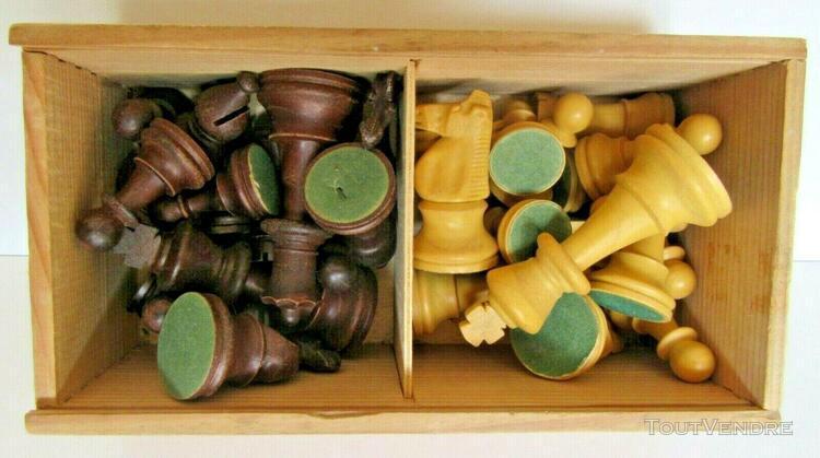 Pièces d'échecs + livret; boite à couvercle coulissant.