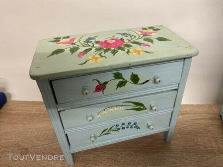 P111_ mobiliers de poupees laqués et decorés de fleurs des