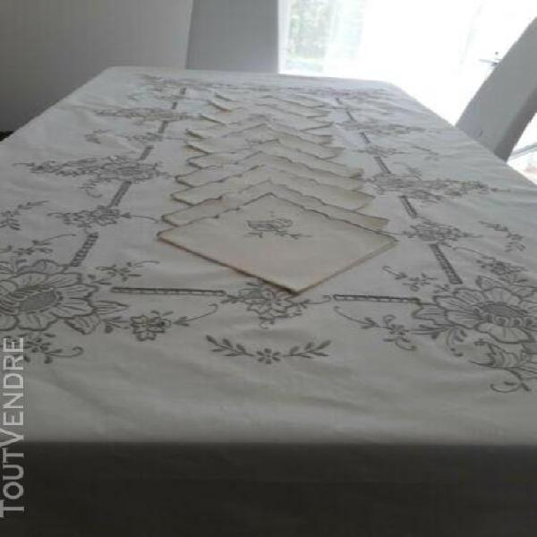 Belle nappe ancienne brodée en lin /coton ecru avec des