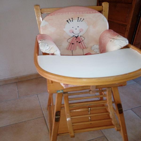 Chaise haute bébé + coussin de chaise en bon état.