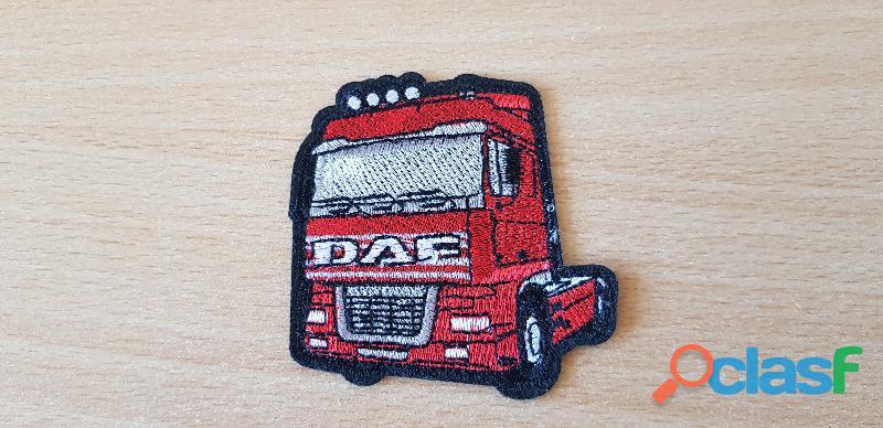 ecusson brodé camion truck daf rouge 7x7 cm thermocollant, pas besoin de couture