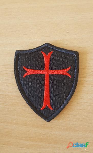 ecusson brodé bouclier croix des templiers 7,5x6,5 cm à coudre ou scratcher