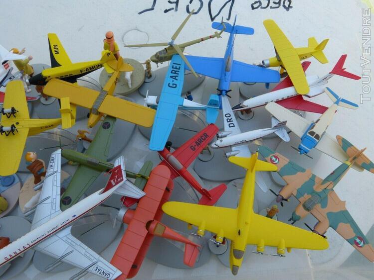 tintin: lot avions et scenettes + donne vitrine en plexigla