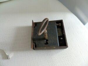 Ancienne serrure et cle de meuble armoire 8 x 7.5 cm