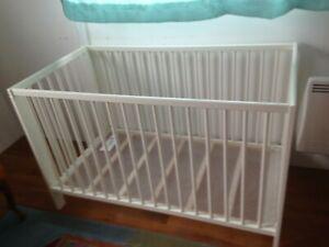 Très beau lit bébé blanc évolutif gulliver ikea +