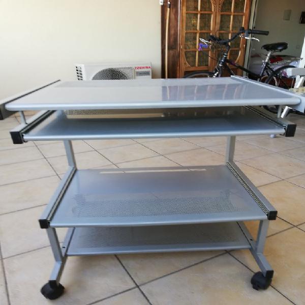 Table informatique roulante aluminium - grise 35 €