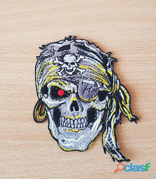 Ecusson brodé tête de mort pirate 9x8 cm thermocollant, pas besoin de couture