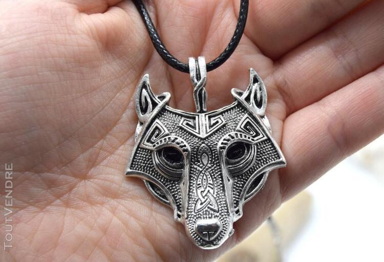 Collier pendentif tête de loup celtique détaillé. homme