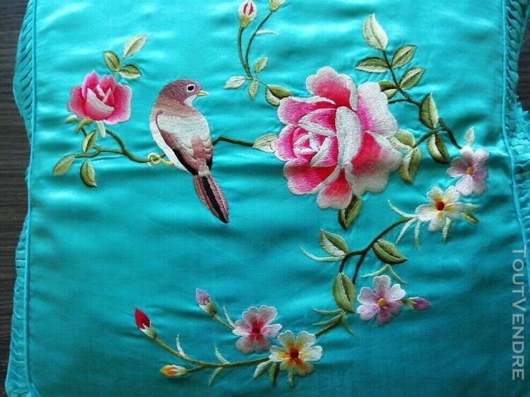 Housse de coussin brodée mains bleu ciel motif jardin