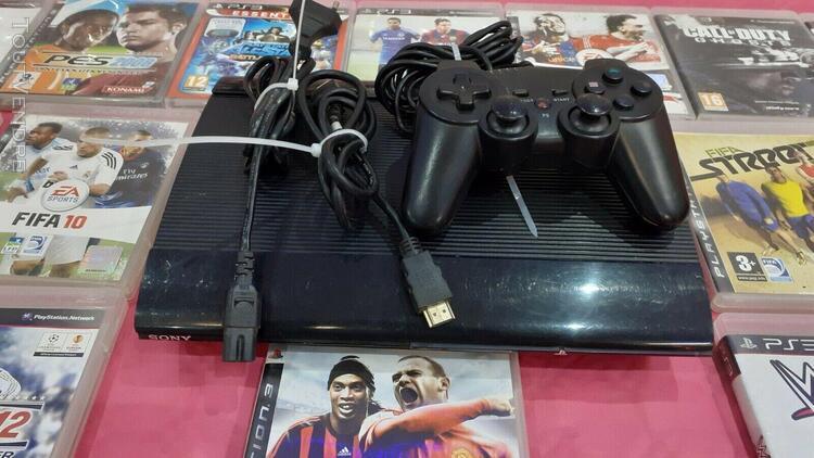 Console sony ps3 playstation 3 ultra slim en bon état 1 man