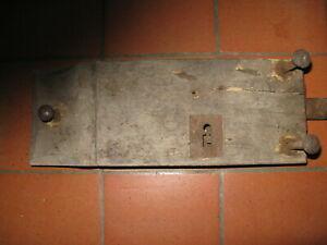 Ancienne grosse serrure sur bois