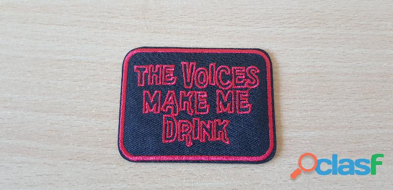 ecusson brodé patch humour the voices make me drink 7,5x5,5 cm thermocollant, pas besoin de couture