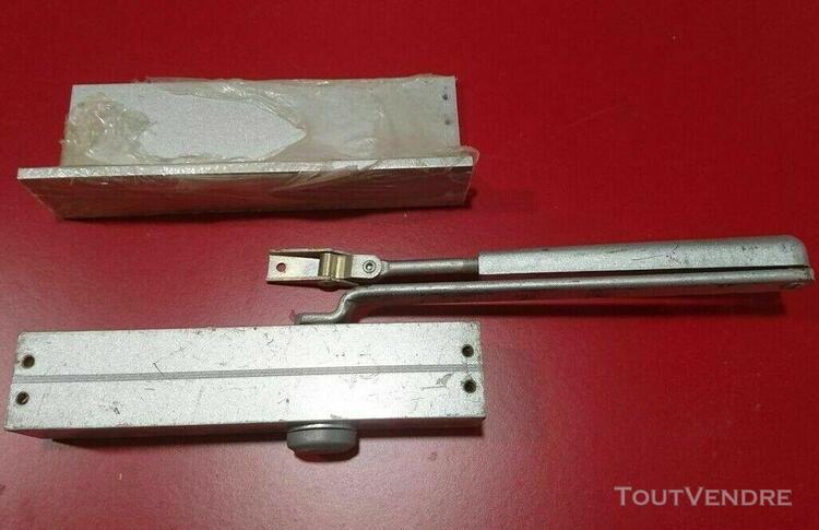 Ferme porte groom gr150 + plaque support coudée entrée