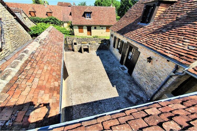Maison en pierre du périgord dans un hameau