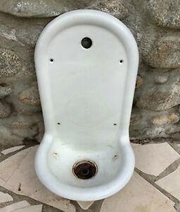 Ancienne fontaine lavabo en fonte émaillée blanche