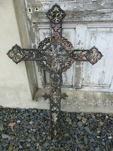 Petite croix en fonte ancienne reliquaire déco jardin.