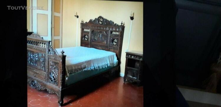 Chambre bretonne composée d'un lit, armoire et table de