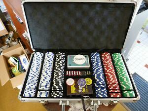 Coffret de poker - 300 jetons laser 2 jeux de cartes-5 des