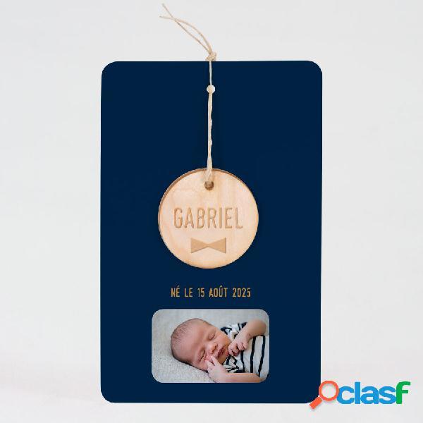 Faire part naissance classique et étiquette ronde en bois